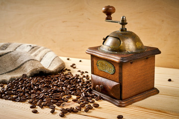Poster de jardin Salle de cafe old coffee grinder on a wooden table with seeds