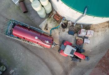 Luftbild - Betankung eines Güllefasses an einem Güllebehälter