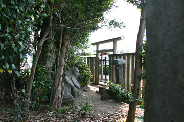 木陰にたたずむ石像