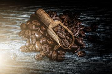Poster Café en grains Roasted coffee seeds in scoop on wooden board