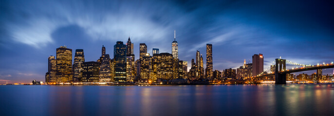 Photo sur Plexiglas New York Downtown Manhattan skyline over East River at night in New York City