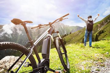 Man Enjoying View After Finishing Uphill Mountain Track Fototapete