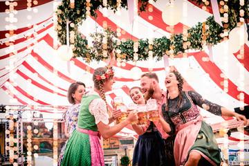 Fototapete - Gruppe von Freunden tanzt auf Bierbank im Festzelt Dult, Regensburg, Oktoberfest