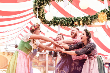 Fototapete - Gruppe von Freunden hat Spaß im Festzelt