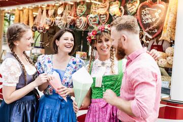 Fototapete - Gruppe von jungen Freunden auf dem Oktoberfest Jahrmarkt
