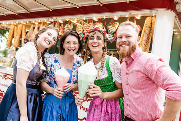 Fototapete - Besucher Dult, Volksfest, Oktoberfest