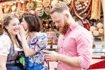Fototapete - Mann mit Smartphone flirtet auf Oktoberfest