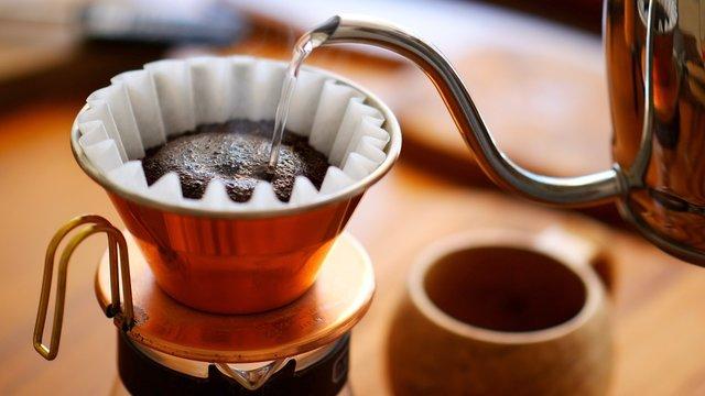 コーヒーを淹れ始めている様子。お湯を注ぐシーン