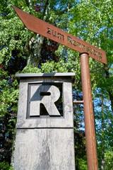 """Wegweiser zum Wanderweg """"Rennsteig"""" in Thüringen."""