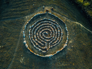 Foto auf AluDibond Spirale Spiral labyrinth made of stones, top view from drone