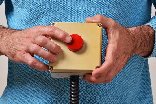 Mano activando el pulsante para encender la maquina.