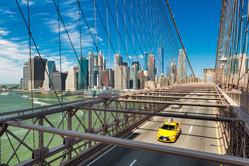 Papiers peints New York TAXI Yellow taxi on the Brooklyn Bridge, New York