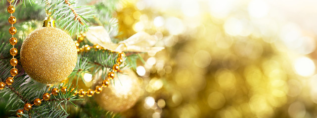 Christmas background. Christmas tree decorated with golden balls on blurred background Fototapete