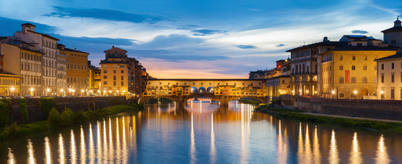 Wall Mural - Ponte Vecchio - the bridge market in the center of Florence, Tuscany, Italy