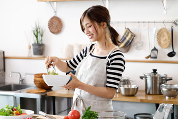 キッチンの若い主婦 Fototapete