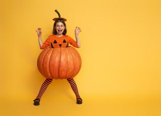 little girl in pumpkin costume Fototapete