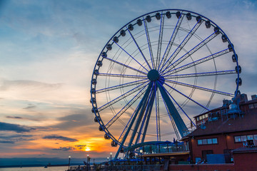 Fototapete - The ferris wheel on the waterfront of Seattle, Washington in late afternoon light