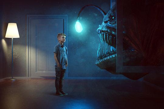 Kind sieht Monster durch das Fenster kommen