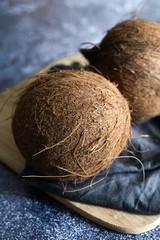 Noix de coco sur planche en bois