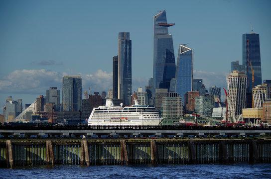 30 Hudson Yards Hochhaus mit Skyline von New York Midtown Panorama und BAustellen mit Kreuzfahrtschiff Oceania Cruises auf Hudson River