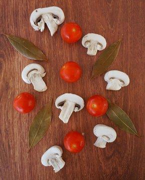 Fondo de tomates cherry y champiñones sobre madera