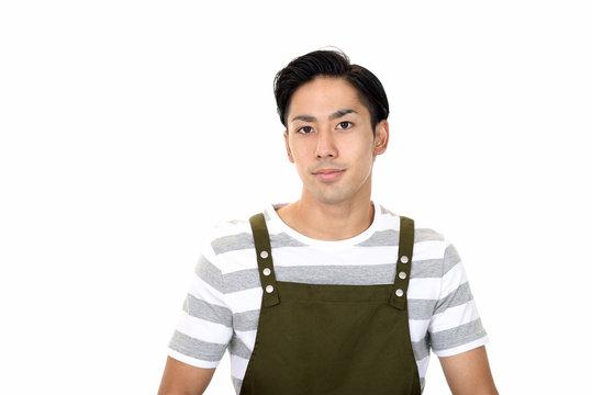 エプロンを着た若い男性