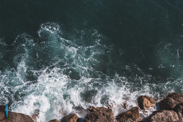 waves crashing on the rocks Fototapete
