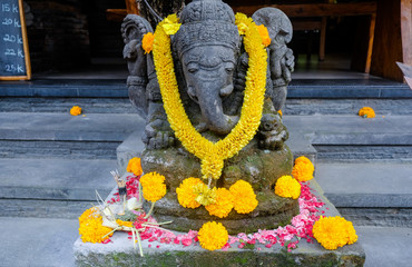 Poster Lieu connus d Asie Ganesh sculpture decorated with wreath and flowers