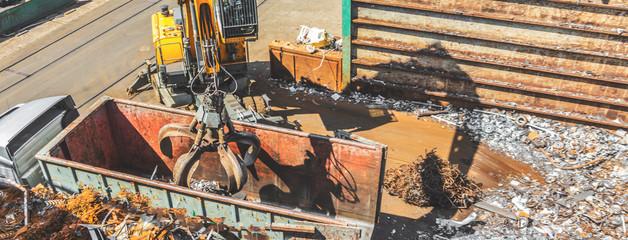 Haufen des alten Metalls und der Ausrüstung für die Wiederverwertung