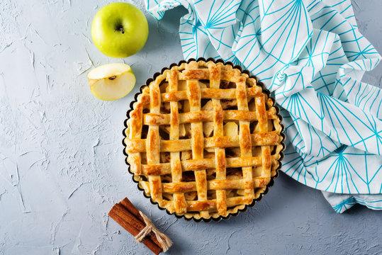 Apple pie with fresh apple slices
