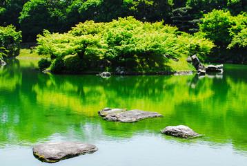 栗林公園、南湖(なんこ)の楓嶼(ふうしょ)