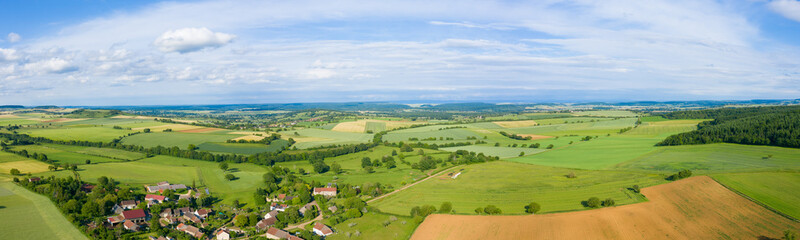 Photo sur Aluminium Bleu ciel Panorama sur la campagne et un village français au milieu des champs
