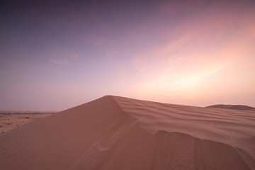 Photo sur Aluminium Abou Dabi Sun set in dessert outside of Abu Dhabi with pink and red sky UAE