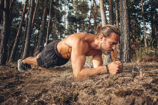 Junger Mann trainiert im Wald