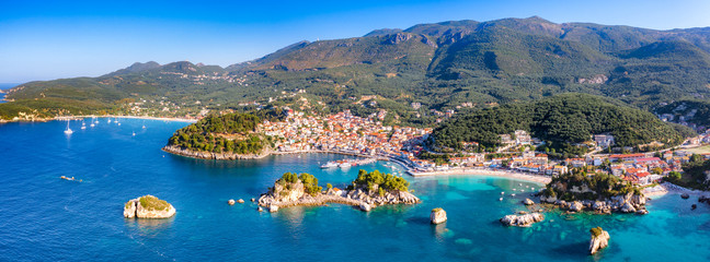 Türaufkleber Küste Panoramic view of scenic Parga city, Greece