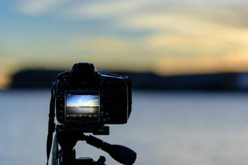 朝焼けに向かうカメラのシルエット