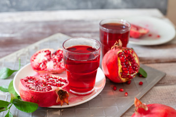 In de dag Sap Pomegranate juice with fresh pomegranate fruits on wooden table