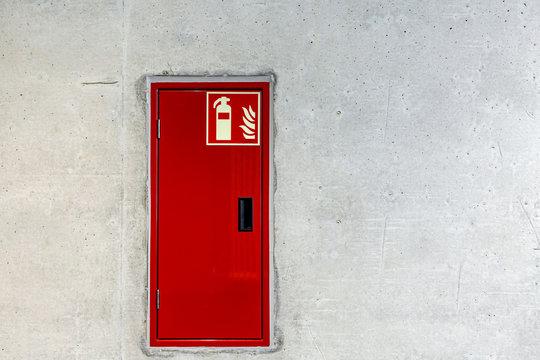 Feuerlöscher Unterputz in Betonwand Sicherheit