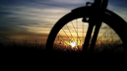 Fahrrad auf einem Sonnenunterganghintergrund