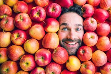 Mann mit Äpfeln, Konzept für die Lebensmittelindustrie. Gesicht von lachenden Frauen in der...