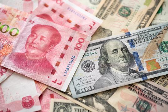 貿易戦争イメージしたドルと元