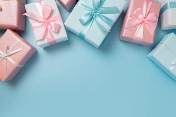 Top view of Pink and blue gift boxes on blue isolated background. Fototapete