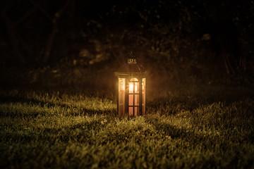 latarnia świecąca w ciemności