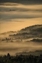 Bieszczady. Polska. Piękny mglisty wschód słońca w górach.