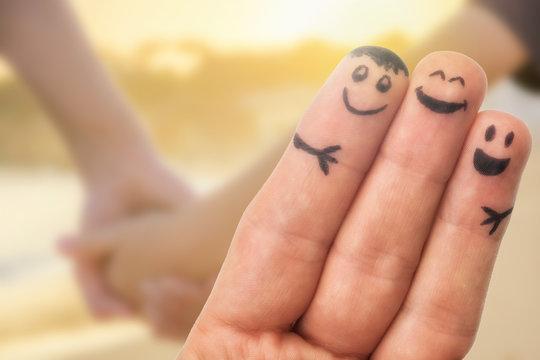 Verbundenheit in der Familie dargestellt mit Fingermännchen und einfühlsamen Hintergrund