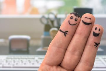 Drei Fingermännchen in einem Büro zum Thema kollegialer Zusammenhalt und Teamwork