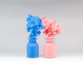 絵の具 瓶から溢れる2色