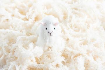 ふわふわな毛糸と羊のマスコット