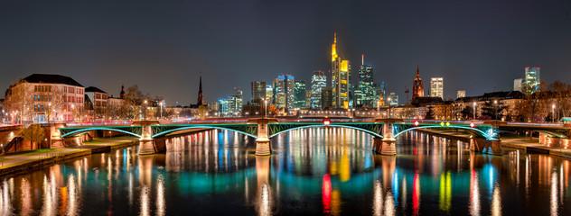 Die Skyline von Frankfurt am Main bei Nacht