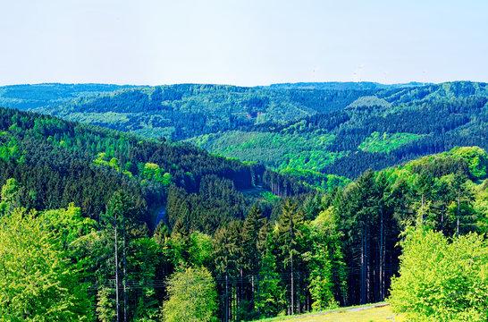 Odenwald bei Kortelshütte mit Sonnenuntergang und Windrädern